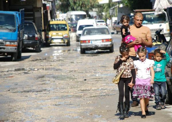 اللجنة السياسية الفلسطينية في أوروبا توزع مساعدات نقدية لأسر فقيرة بمخيمات لبنان