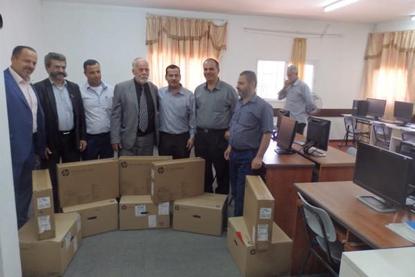 جهاز المخابرات العامة يدعم مدرسة عزون بيت امين الثانوية بأجهزة حاسوب