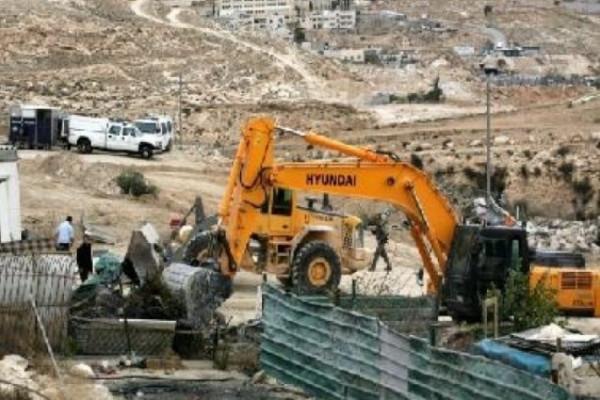 الاحتلال يُصادر (بايجر) حفر بحجة شق طرق زراعية في قرية سالم