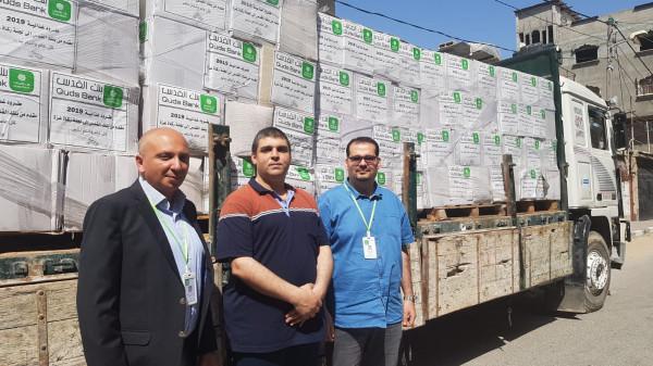 بنك القدس يقدم تبرعه الى الجمعيات الخيرية و لجنة زكاة غزة