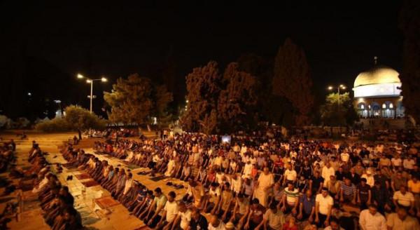 أكثر من 100 ألف مصل يؤدون العشاء والتراويح في رحاب الأقصى