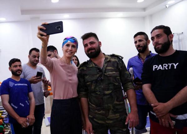 ظهور جديد.. شاهد كيف أصبح شكل أسماء الأسد؟