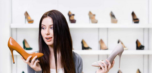 حذاء قبيح جديد ينتشر.. اعتمدته معظم مؤثرات الموضة
