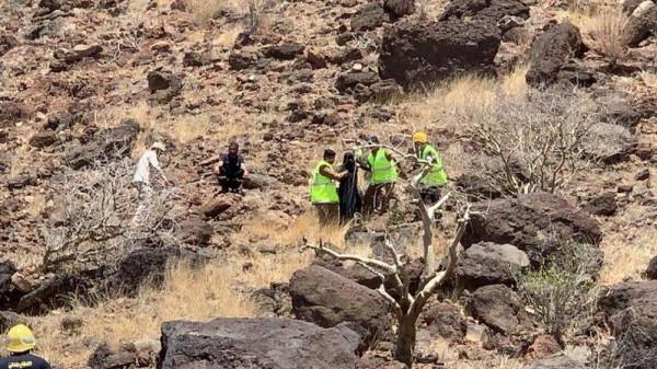 شاهد لحظة انقاذ فتاتين سعوديتين علقتا لساعات في أعلى جبل بسبب تحدٍ بينهما