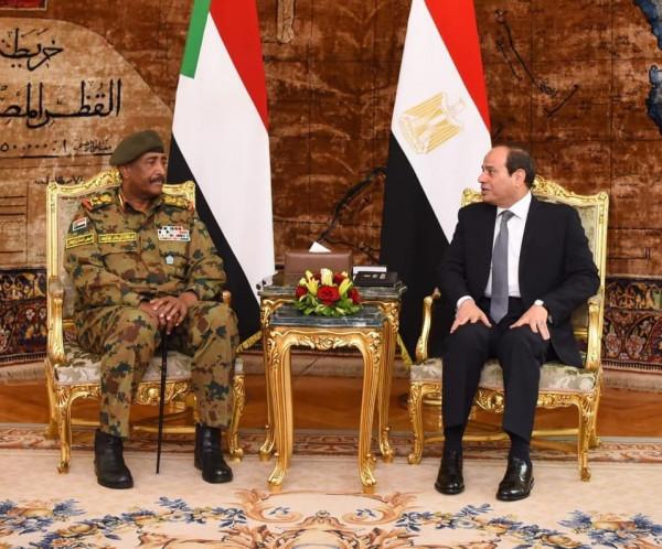 رئيس المجلس العسكري الانتقالي بالسودان يجري مباحثات مع الرئيس المصري بالقاهرة