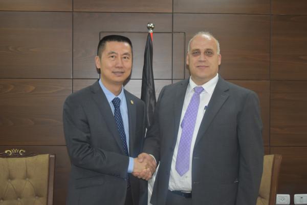 الوزير ابو جيش يبحث اوجه التعاون الثنائي مع السفير الصيني