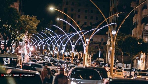 بلدية الخليل تحول شوارع رئيسية إلى لوحة جمالية مضيئة