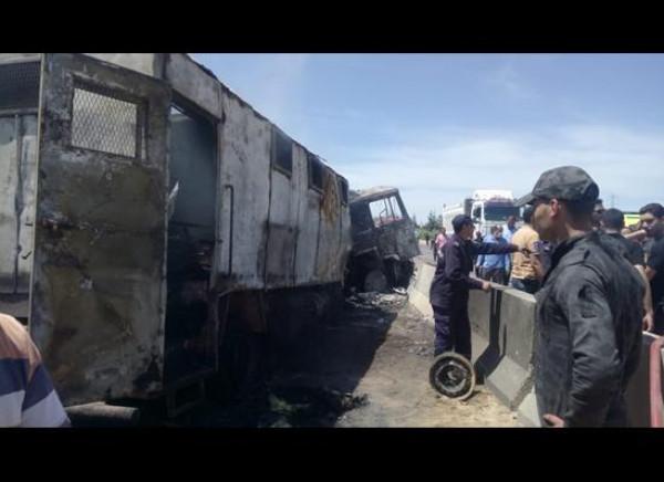 مصرع سبعة عسكريين في اشتعال سيارة شرطة بمدينة الإسماعيلية