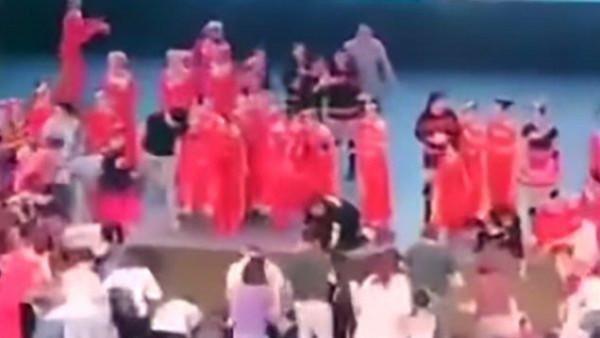 شاهد لحظة موت.. انهيار مسرح يحمل 100 طفل وشاب