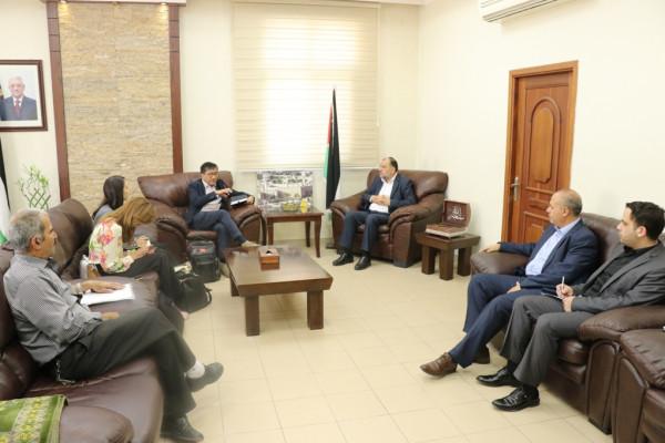 أبو سنينة يُطلع ممثلي البنك الدولي على مشاريع المدينة