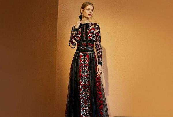 87064106e شاهدي جلابيات وفساتين لإطلالات عيد الفطر من بيوت الأزياء العالمية ...