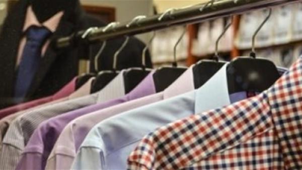 أطول رجل في ماليزيا يحصل على أربعة قمصان مع قدوم عيد الفطر