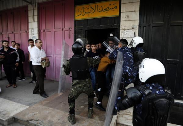 الأجهزة الأمنية تفرق عناصر حزب التحرير بعد أدائهم لصلاة العيد رغم أن العيد غدًا