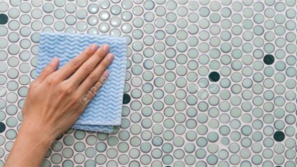 أسرع طريقة لتنظيف سيراميك الحمام دون ماء وصابون