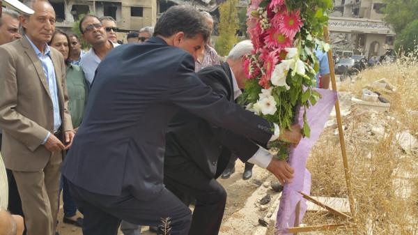 أكليل من الزهور باسم الرئيس عباس على أضرحة الشهداء في مخيم اليرموك