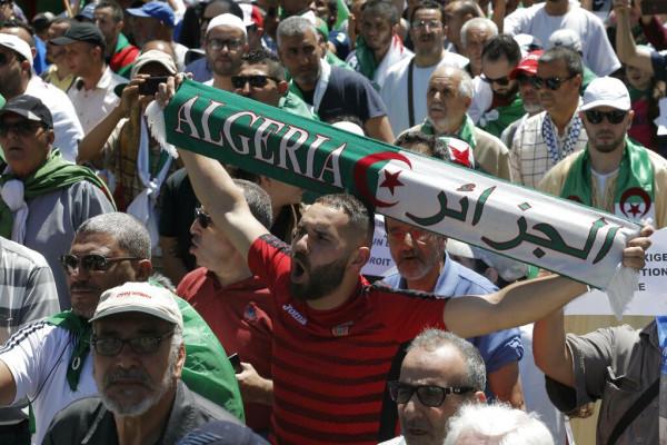 """رفض جزائري لـ""""حوار"""" بن صالح ومواصلة الحراك"""