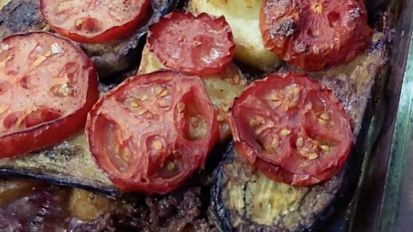 صينية الباذنجان والبطاطس باللحم المفروم