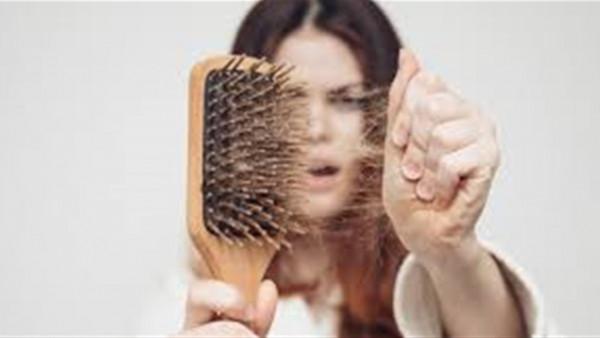 100 شعرة في اليوم.. أبرز أعراض تؤكد مرضك بالتساقط