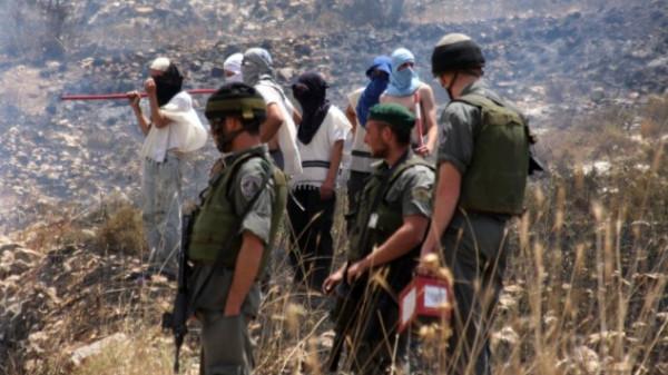 توثيق مستوطنين مُلثمين وهم يقذفون الحجارة على مدرسة فلسطينية