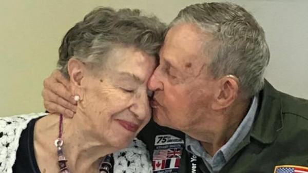 """في قصة مثيرة.. عاشقان يلتقيان بعد 75 عامًا على الفراق بفضل """"الصحافة"""""""