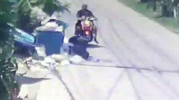 شاهد: كاميرات المراقبة ترصد أمًا وهي تلقي رضيعتها في صندوق قمامة