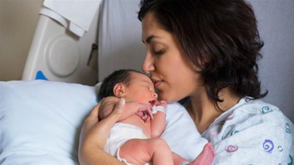 ليست أسهل.. الولادة القيصري تهدد المرأة بـ 10 أضرار