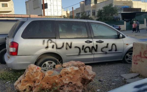 مستوطنون يُعطبون إطارات مركبتين ويخطّون شعارات عنصرية جنوب نابلس