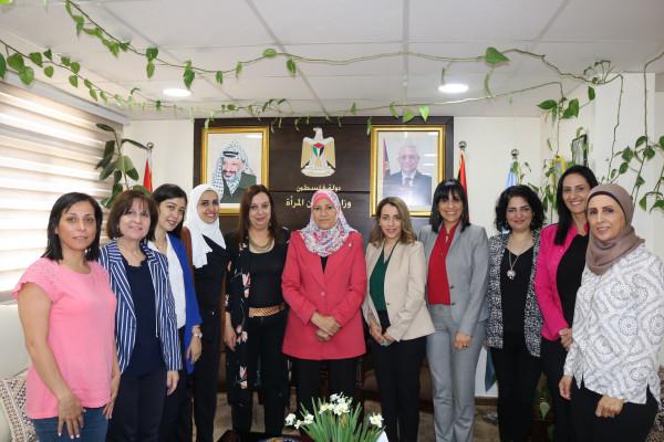 الوزيرة حمد تبحث زيادة مشاركة النساء في الغرف التجارية