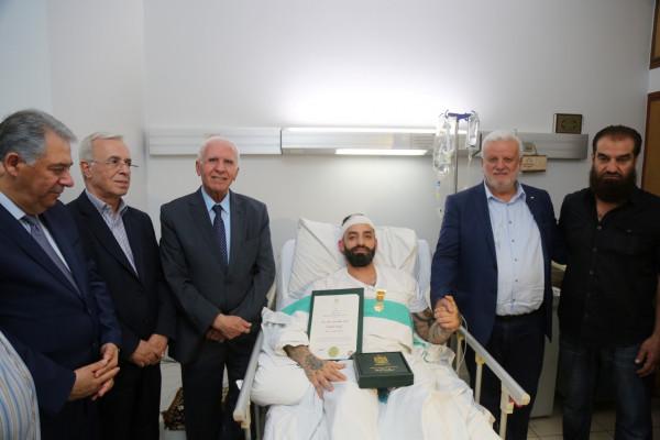 الأحمد يُقلّد صابر مراد ميدالية الشجاعة من وسام الرئيس ياسر عرفات