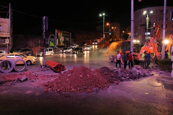 بلدية الخليل تبدأ بتنفيذ المرحلة الثانية من مشروع إعادة تأهيل الإشارات الضوئية