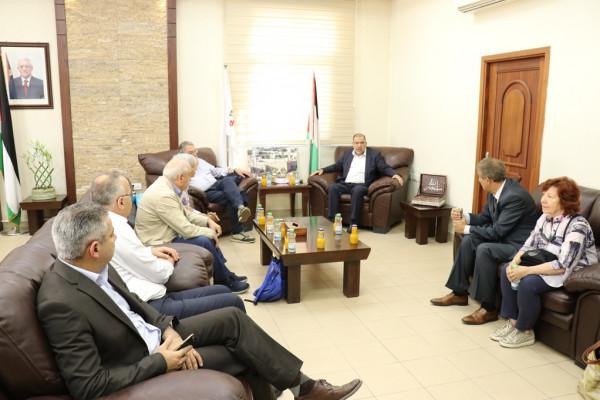 أبو سنينة يُطلع وفداً إيطالياً على انتهاكات الاحتلال في الخليل