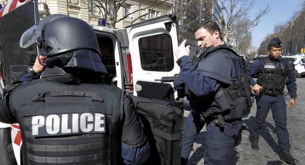جنود فرنسيون يطلقون النار على رجل هددهم بسكين في ليون