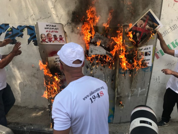 اطفال فلسطينيون يحطمون مجسماً للجدار ونشطاء يحرقون صور ترامب ونتنياهو