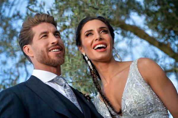 ورد أسود.. زوجة سيرجيو راموس تختار فستان زفافها من توقيع مصمم عربي شهير