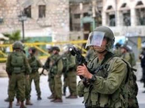 مواجهات مع الاحتلال وتفتيش منازل في بيت أمر شمال الخليل