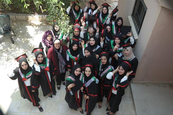 مركز تأهيل الفتيات في جنين يخرج طالبات التجميل والحاسوب وتصميم الازياء