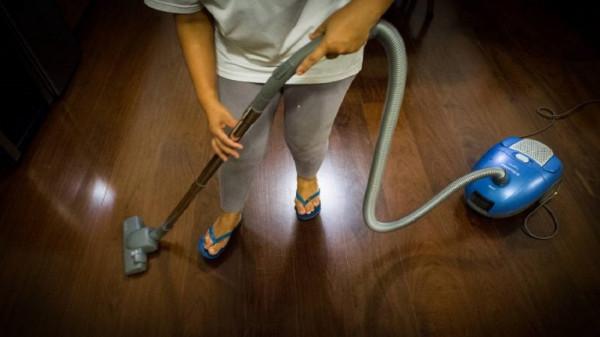 الإمارات: خادمة تصور ربة منزل وبناتها في أوضاع مختلفة وهذا ماتفعله بالصور