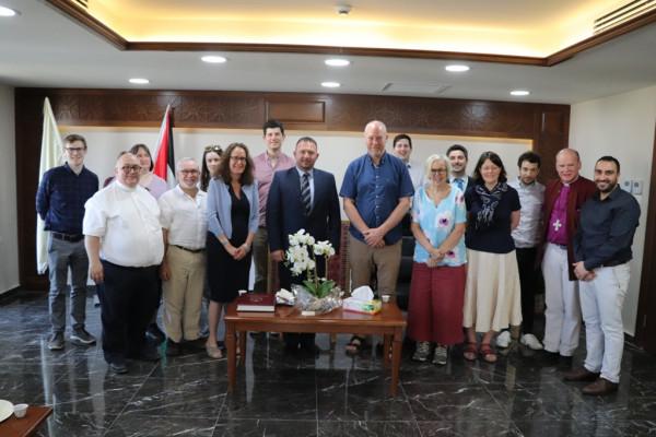 حنانيا يلتقي مع وفد بريطاني ديني رفيع المستوى بدار بلدية بيت لحم