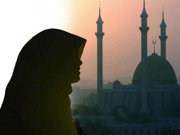 حكم ترديد المرأة الأذكار في فترة الحيض أو النفاس أو الجنابة