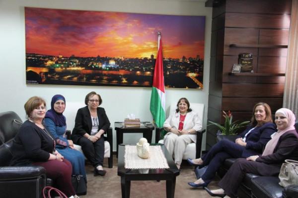 وزيرة الصحة تبحث مع طاقم شؤون المرأة تعزيز التعاون