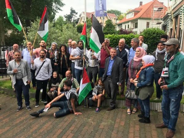 وقفة شعبية في البعثة الفلسطينية في لاهاي دعما للشرعية ومؤسساتها
