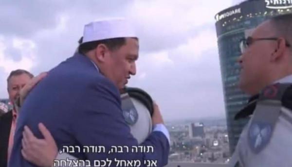 واعظ تونسي يعانق جنوداً إسرائيليين ويدعو لهم بالنصر