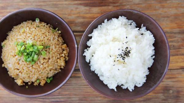 ما هو الفرق بين الأرز الأبيض والأرز البني؟