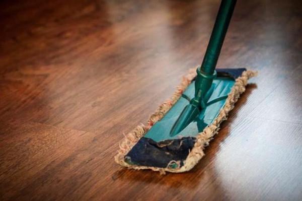 أفكار مميزة للتخلص من الأتربة والشحم.. منها النشا