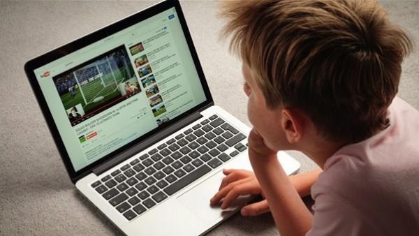 """""""يوتيوب"""" في ورطة.. تحقيقات بسبب استغلال الأطفال وتعريضهم للمخاطر"""