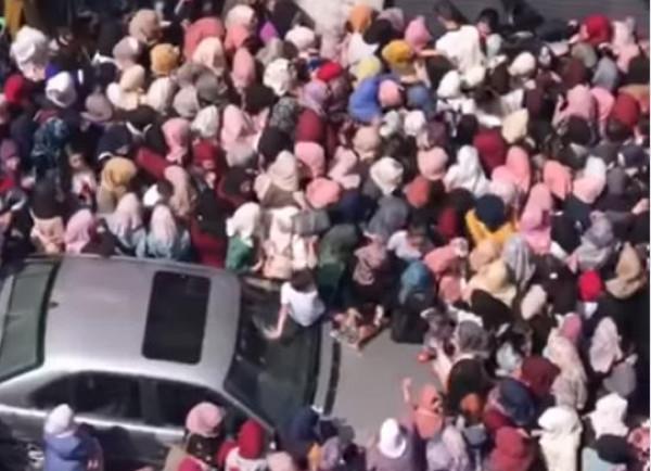 فيديو من القدس يثير جدلاً واسعاً.. لماذا تتدافع مئات الفتيات؟