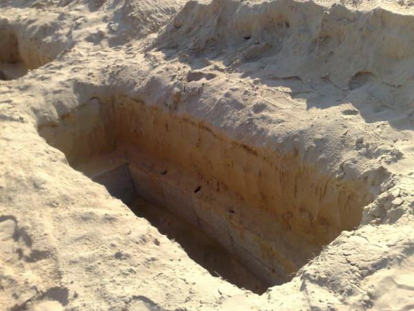 هل يجوز دفن الموتى بعضهم فوق بعض عند ازدحام المقابر؟