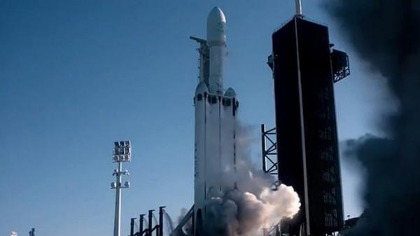 صاروخ سبيس إكس يحمل رفات 152 شخصًا لدفنهم في الفضاء