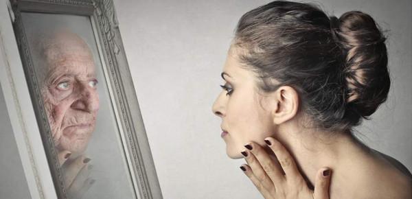 لماذا تشيخ النساء أسرع من الرجال؟