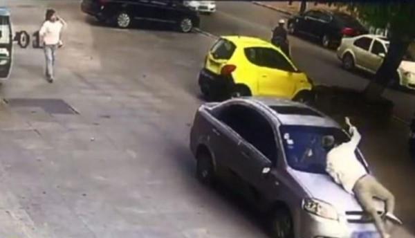 شاهد: رد فعل رجل صيني عندما رأى زوجته في سيارة رجل آخر